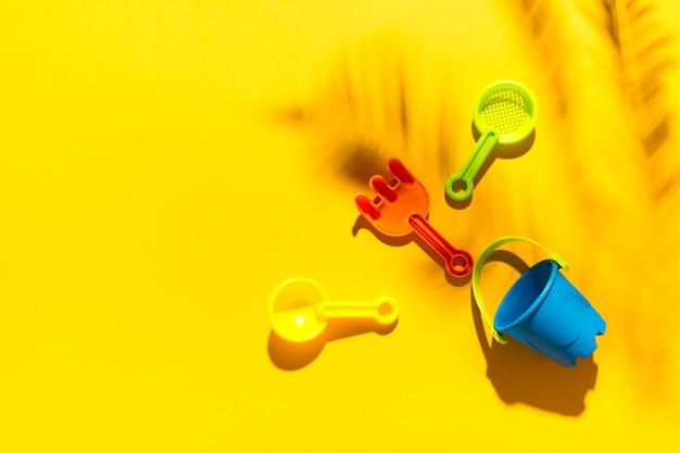 Jouets d'enfants pour bac à sable sur une surface colorée Photo gratuit