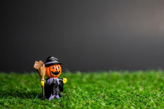 Jouets D'halloween Sur L'herbe. Photo Premium
