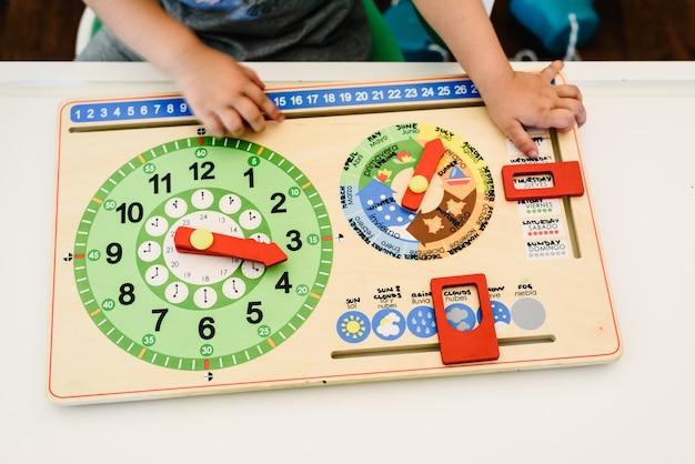 Jouets et matériaux montessori dans une salle de classe d'une école pour enfants Photo Premium