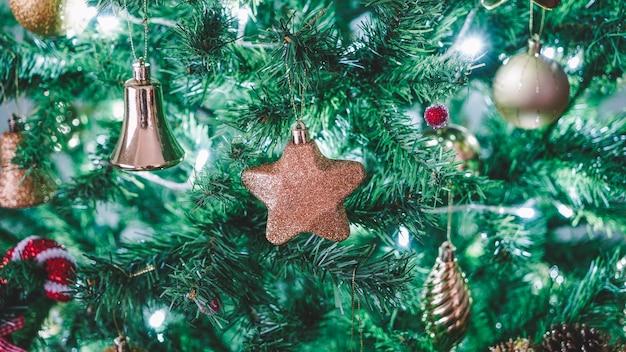 Jouets De Noël Sur L'arbre Photo Premium