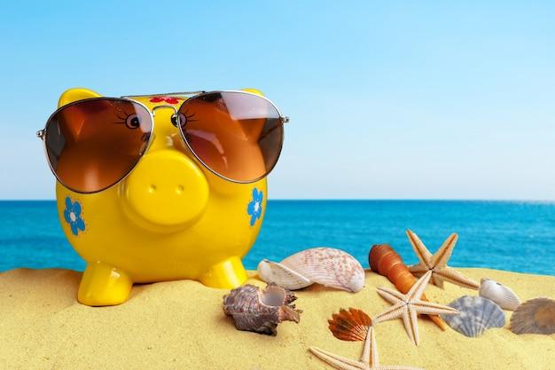 Jouets pour enfants sur le sable de la plage jaune se bouchent Photo Premium