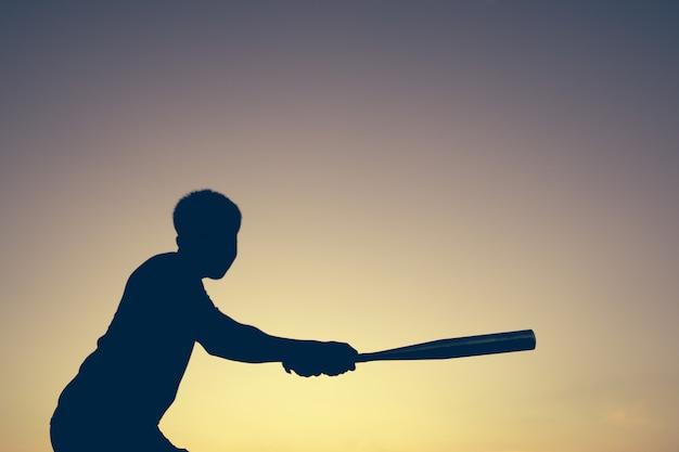 Joueur De Baseball à La Lumière Du Coucher Du Soleil Photo Premium