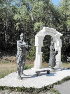 Joueur de cornemuse sculptures en bronze et la femme vient Photo gratuit