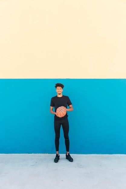 Joueur ethnique avec basket dans la rue Photo gratuit