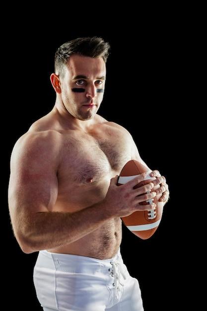 Joueur de football américain torse nu avec ballon Photo Premium