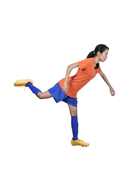 Joueur de football asiatique professionnel femme botter le ballon Photo Premium