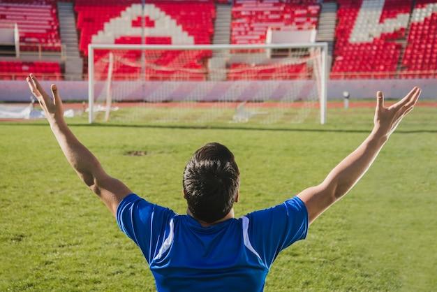 Joueur de football célébrant l'objectif Photo gratuit