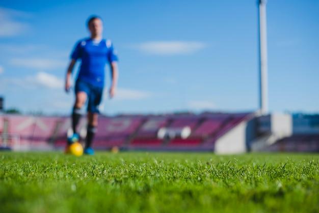 Joueur de football flou Photo gratuit