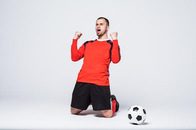 Joueur De Football Jeune Et Excité En Maillot Rouge Célébrant Le But De Marquer Photo gratuit
