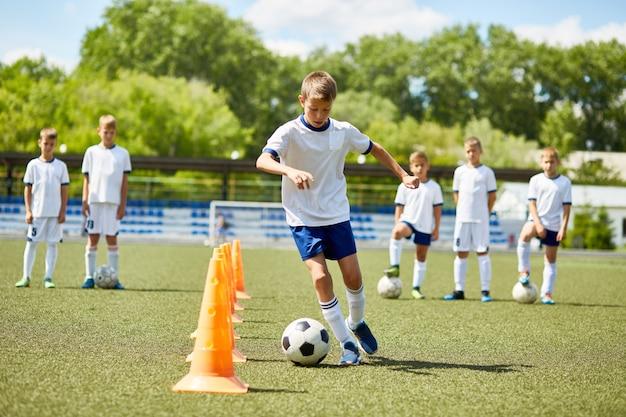 Joueur De Football Junior à L'entraînement Photo Premium