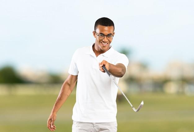 Joueur de golfeur afro-américain à l'extérieur Photo Premium