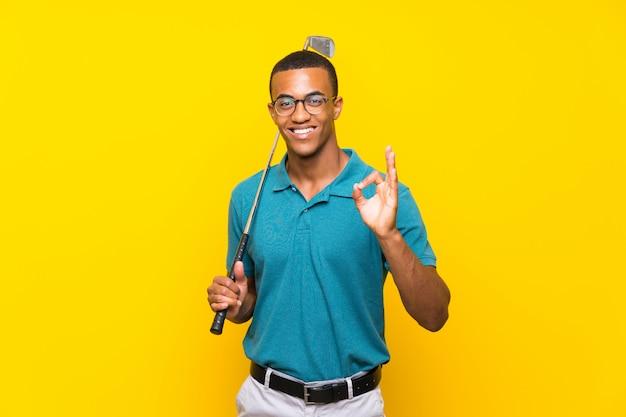 Joueur de golfeur afro-américain montrant un signe ok avec les doigts Photo Premium