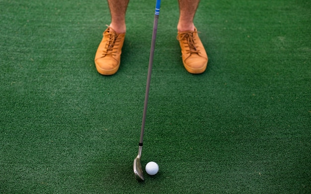 Joueur à grand angle frappant une balle de golf Photo gratuit