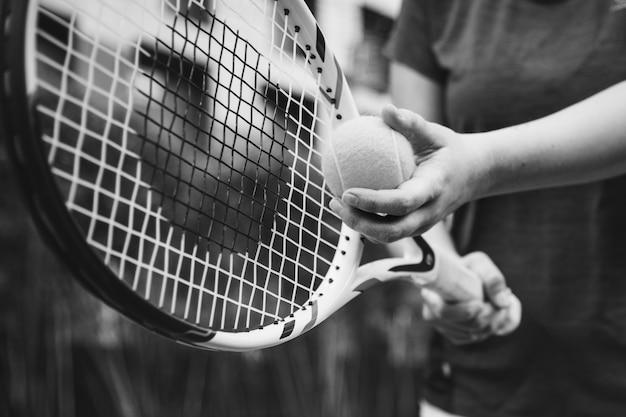 Joueur Se Prépare Pour Un Service Au Tennis Photo gratuit