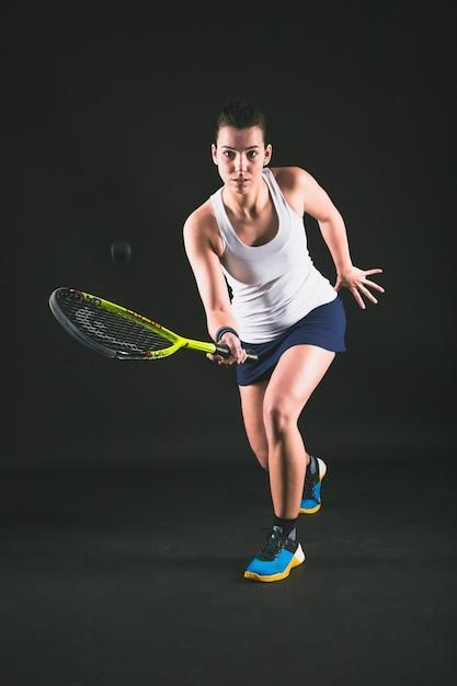 Joueur De Squash Retournant Une Balle Photo gratuit