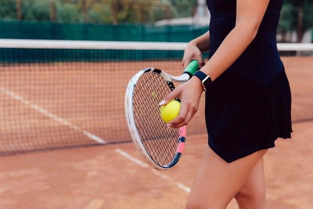 Joueur de tennis. photo de gros plan de femme athlète sportswear tenant une raquette et une balle Photo gratuit