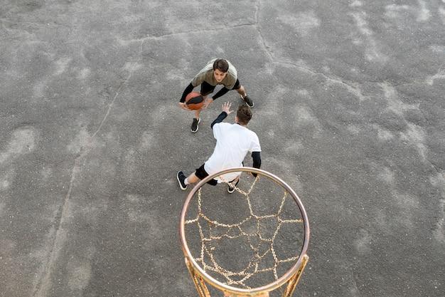 Joueurs de basket-ball urbains de haute vue Photo gratuit