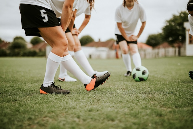 Joueurs de l'équipe féminine de football s'étirant avant le match Photo Premium