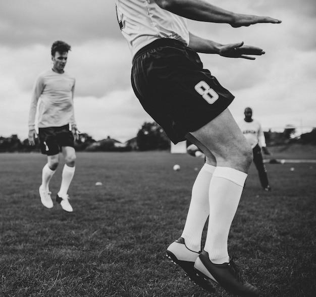 Les joueurs de football en formation sur le terrain Photo Premium