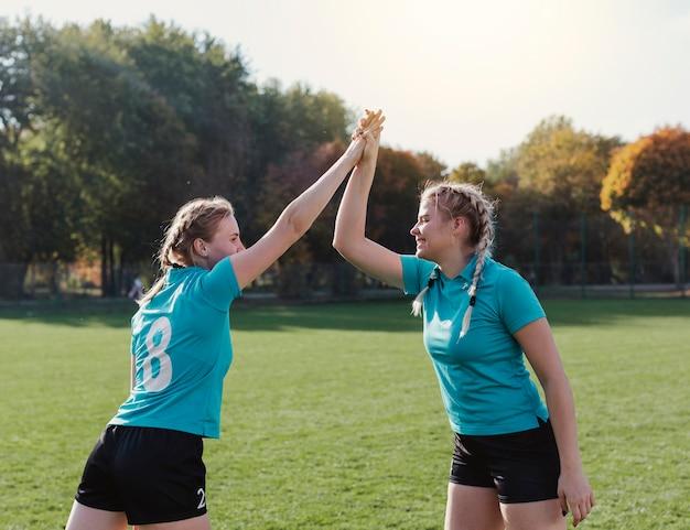 Joueurs de football heureux haut cinq Photo gratuit