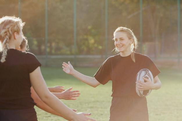 Une joueuse de rugby salue ses coéquipières Photo gratuit