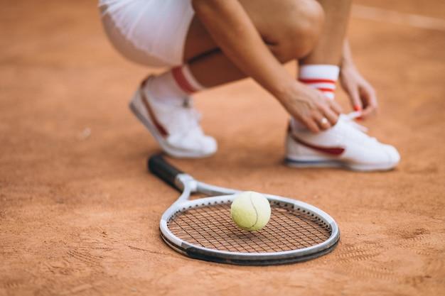 Joueuse de tennis, laçage, chaussures, gros plan Photo gratuit