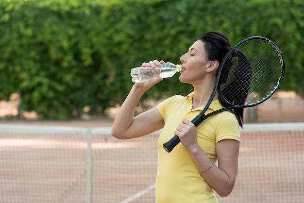 Joueuse de tennis avec sa raquette Photo gratuit