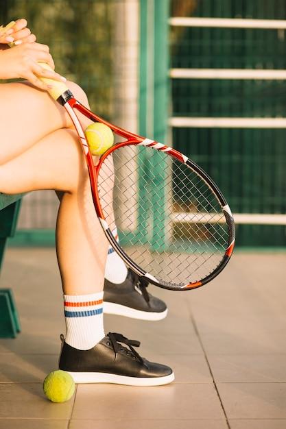Joueuse de tennis se reposer après un entraînement Photo gratuit