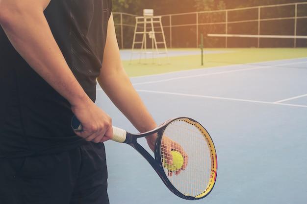 Une Joueuse De Tennis Sert Pendant Un Match Photo gratuit