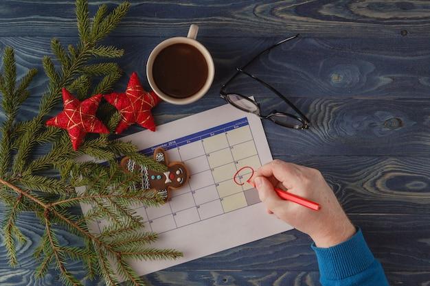 Jour 25 Du Mois, Calendrier Sur Fond De Travail Avec Une Tasse De Café Le Matin. Concept De Nouvel An. Espace Vide Pour Le Texte Photo Premium