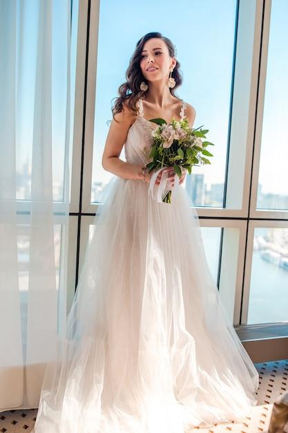 Jour De Mariage. Portrait De La Belle Mariée Avec Bouquet Photo Premium