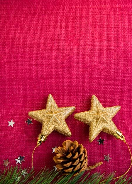 Le Jour De Noël Rouge Sur L'image D'arrière-plan Et Les étoiles D'or Sur L'arrière-plan Ont Des Espaces Pour Le Texte Pour La Nouvelle Année Ou Joyeux Noël. Photo Premium