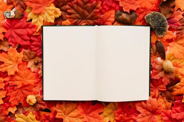 Journal sur les feuilles d'automne Photo gratuit