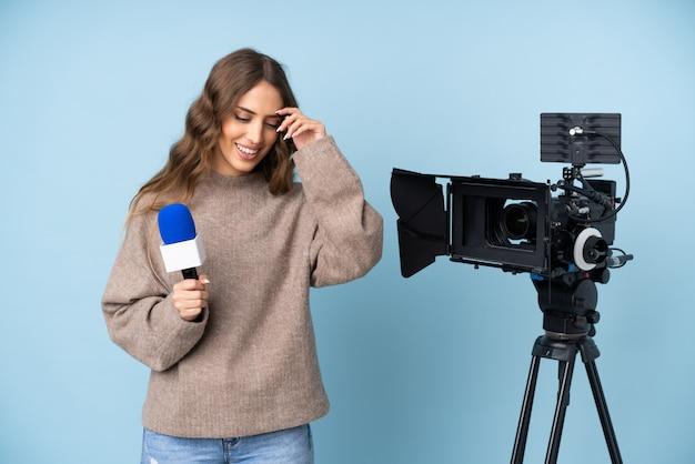 Journaliste Jeune Femme Tenant Un Microphone Et Rapportant Des Nouvelles En Riant Photo Premium