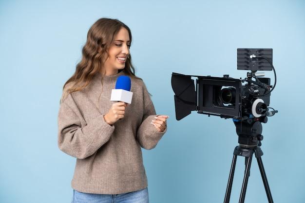 Journaliste Jeune Femme Tenant Un Microphone Et Rapportant Des Nouvelles Photo Premium