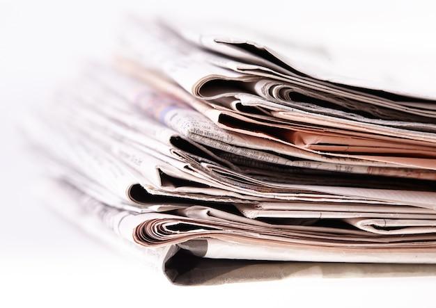 Journaux internationaux sur blanc. Photo Premium