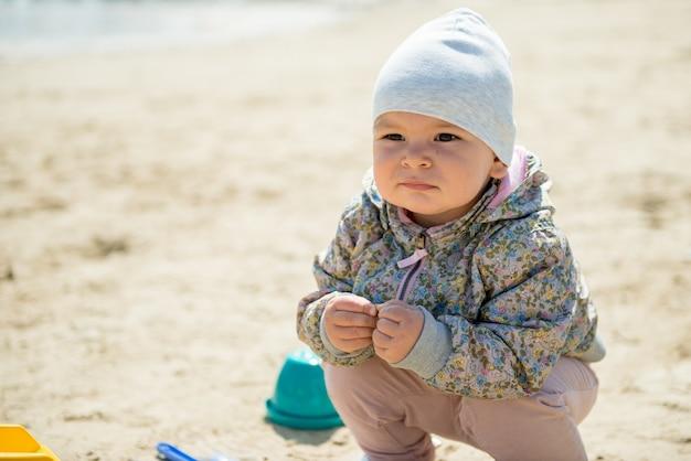 Journée familiale au parc. heureux jeune couple avec bébé nouveau-né. mère porter bébé dans un porte-bébé ergonomique Photo Premium