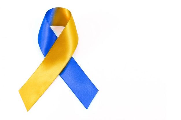 Journée mondiale du syndrome de down avec un arc de ruban de sensibilisation jaune bleu. Photo Premium