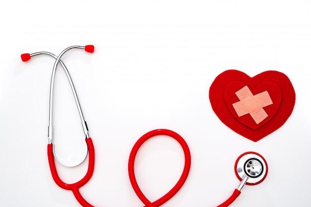 Journée mondiale de la santé, concept médical et de soins de santé, stéthoscope rouge et coeur rouge sur fond blanc Photo Premium