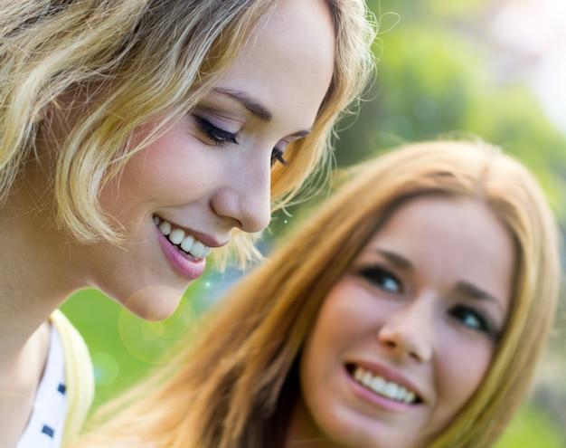 Joven chicas parque alegria retrato Photo gratuit