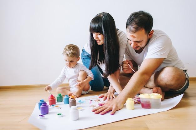 Joy Famille Art Heureux Père Mère Et Fils Montrent Les Mains Dans Des Couleurs Vives Peignent Ensemble Art De L'image Photo Premium