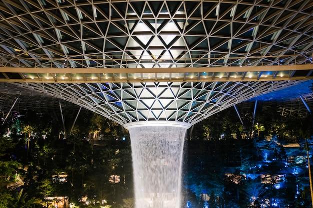 Joyau fontaine à singapour la nuit Photo gratuit