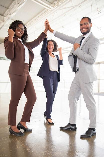 Joyeuse équipe professionnelle célébrant le succès Photo gratuit
