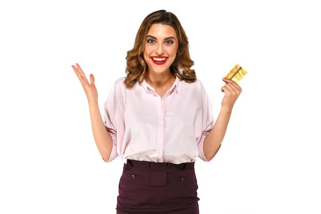 Joyeuse excitée surprise jeune femme avec carte de crédit Photo gratuit