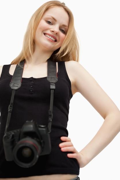 Joyeuse femme tenant une caméra Photo Premium