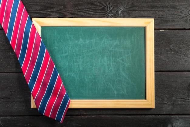 Joyeuse fête des pères. cravate sur la table en bois Photo Premium