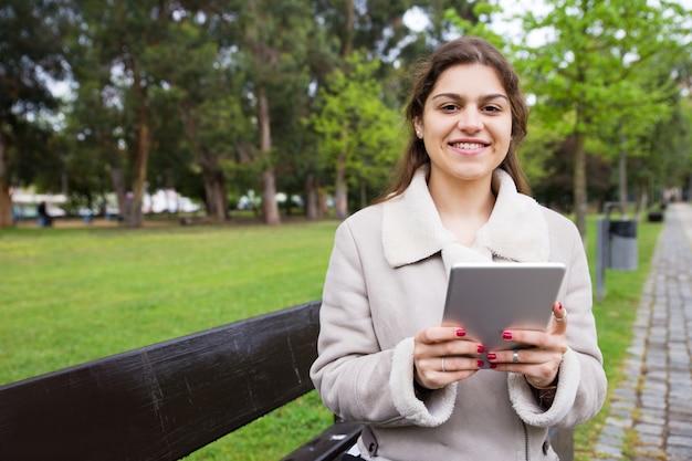 Joyeuse fille latine se détendre dans le parc Photo gratuit