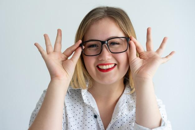 Joyeuse Fille Avec Des Lèvres Rouges, Profitant Des Lunettes Photo gratuit