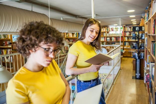 Joyeuse fille lisant près d'un ami intelligent Photo gratuit