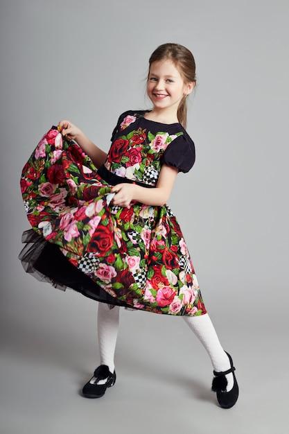 Joyeuse fille positive en belle robe Photo Premium